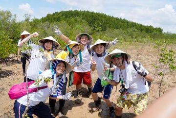 Du khách Nhật tham gia trồng rừng ở Cần Giờ