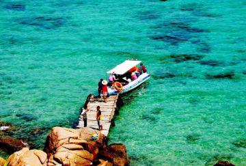 Quy Nhơn trời xanh, biển lặng, gió mơn man...